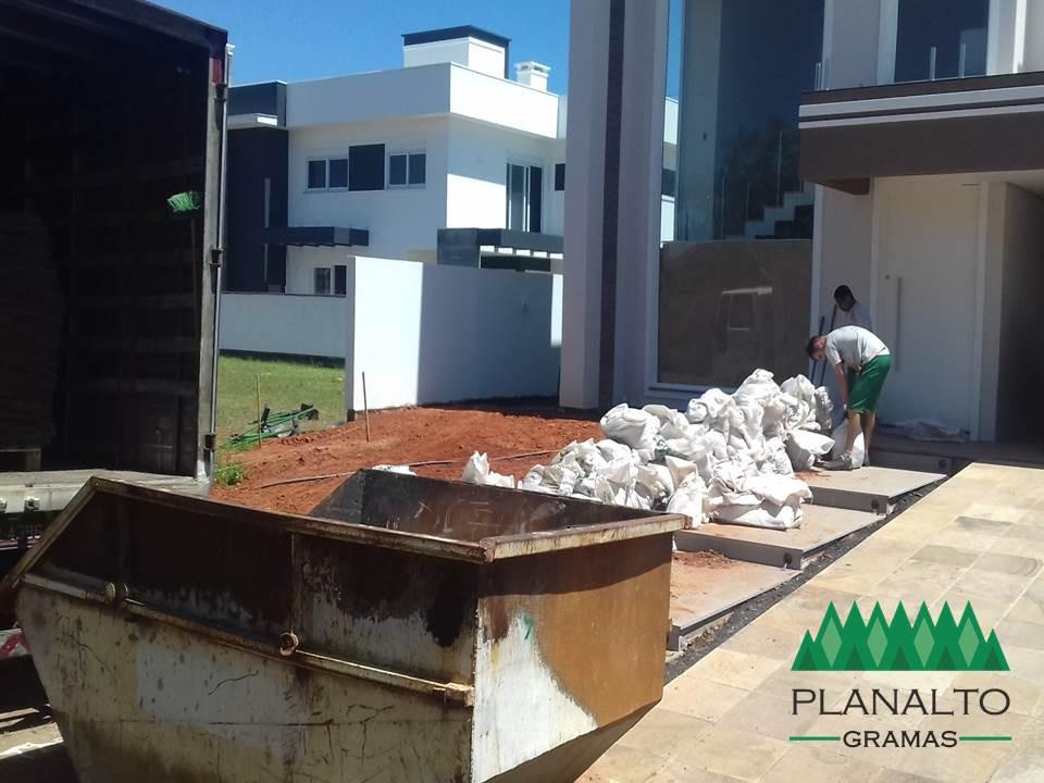 Como preparar o terreno para plantar grama - Planalto Gramas