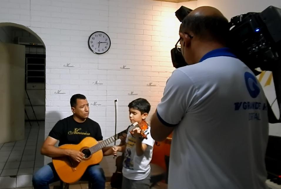 Kallel, diretor da Escola Mosaico, em entrevista para a TV Grande Rio