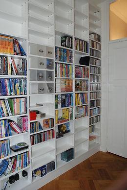 Hoge boekenkast. Materiaal witte melamine plaat. Book shelfs