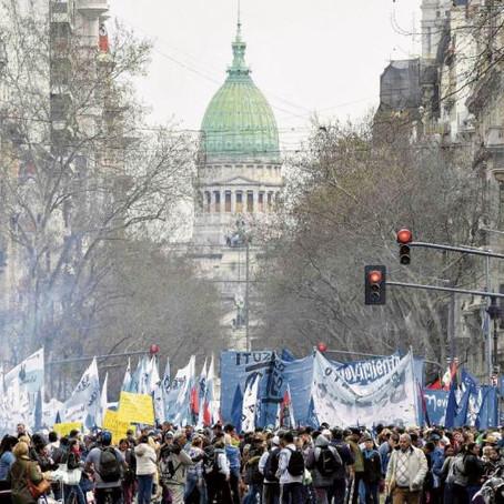 Argentina: Crónica de Crisis Anunciada (Descodificaciones Iniciáticas para Trascender el Caos)