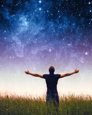 hombre-contemplando-la-inmensidad-del-ci