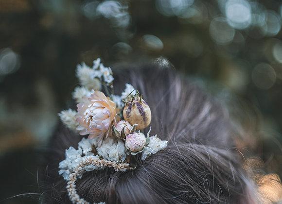 fijne bloemstukjes met droogbloemen