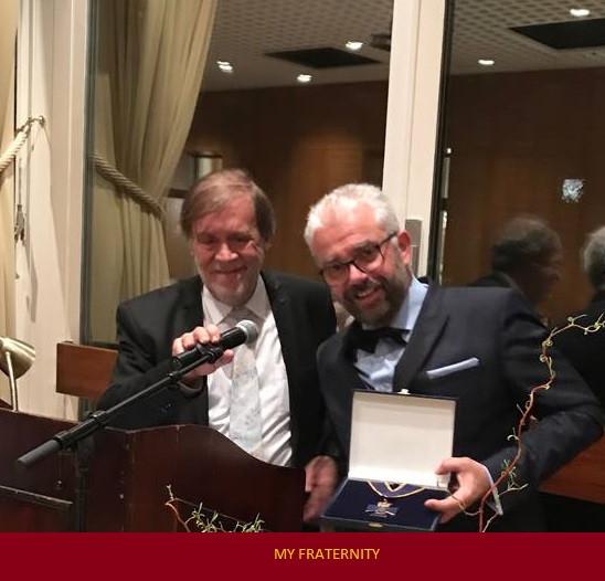 Grão-Mestre Jean-Pierre Servel recebe uma medalha de honra da Confederação das Grandes Lojas da Alemanha