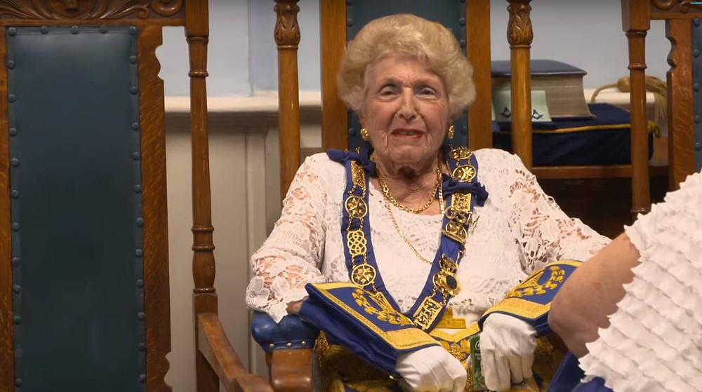 """Uma imagem fascinante do filme """"The secret world of female Freemasons"""", da BBC News"""