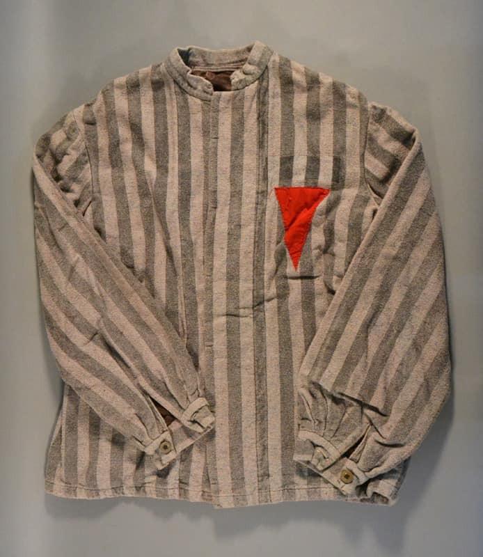 El triángulo rojo usado por los nazis para marcar a los masones durante el Holocausto • Día Internacional del Recuerdo del Holocausto (27 de enero)