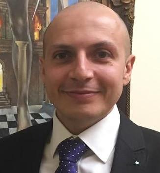 O Can Demiroglu é engenheiro, vive em Frankfurt.  É um maçon com 35 anos de idade. Nasceu em Istambul e estudou em Berlim.