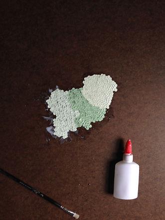Colle et papier sur la toile