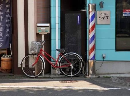 O que são aqueles postes giratórios com cores listradas nas ruas do Japão?