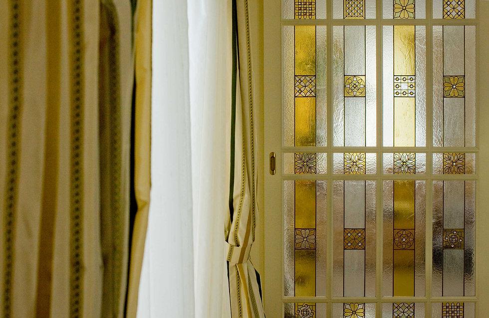 Красивый орнаментальный витраж в охристой гамме для межкомнатной двери.