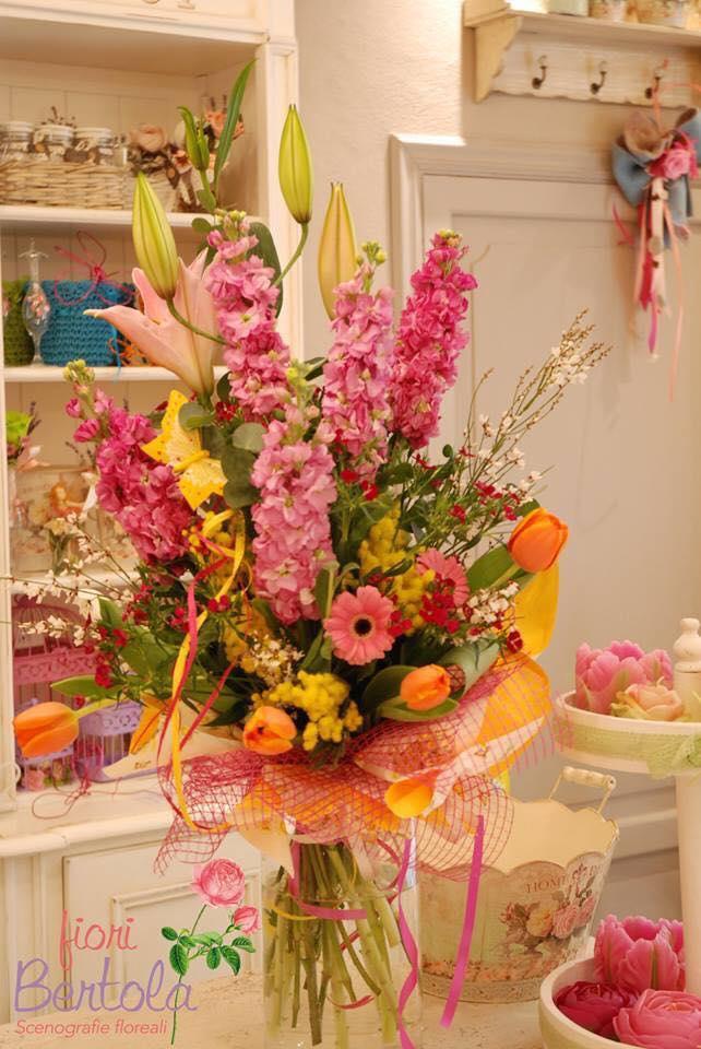 mazzo di fiori e mimosa