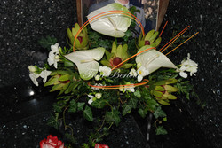 Composizione funebre con anthurium