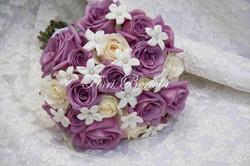 Bouquet con rose lilla e bianche