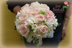 Bouquet con rose cipria e fresie