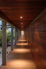 déambulatoire béton bois dans le cadre de la construction de 2 villas de luxe à Bali platelage en bois exotique