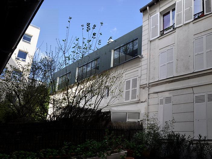 photographie dans cour route de la reine boulogne-billancourt surélévation maison immeuble volume zinc bandeaux miroir par l'agence TNT Architecture Paris permis de construire copropriété zone protégée ABF