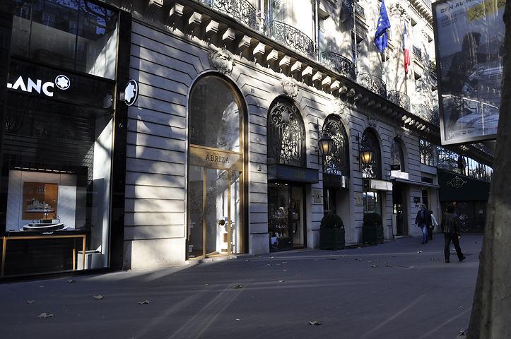 architecte paris pour l'aménagement d'un flachip de la marque abriza boulevard des capucines acier verre or. doré architecte TNT Architecture