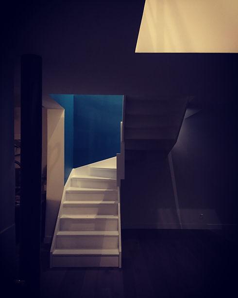 escalier intérieur bleu Sarah Lavoine escalier laque blanc TNT Architecture extension de maison individuelle à Neuilly