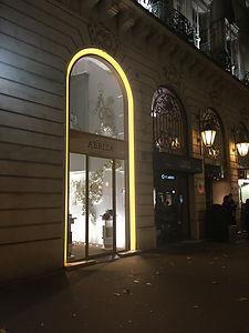 joint creux eclairage luxe showcase vitrine par tnt architecture