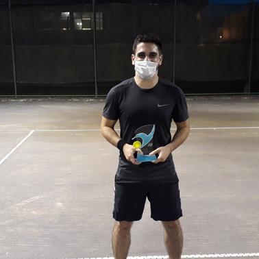 Torneio de tênis entrega troféu aos campeões