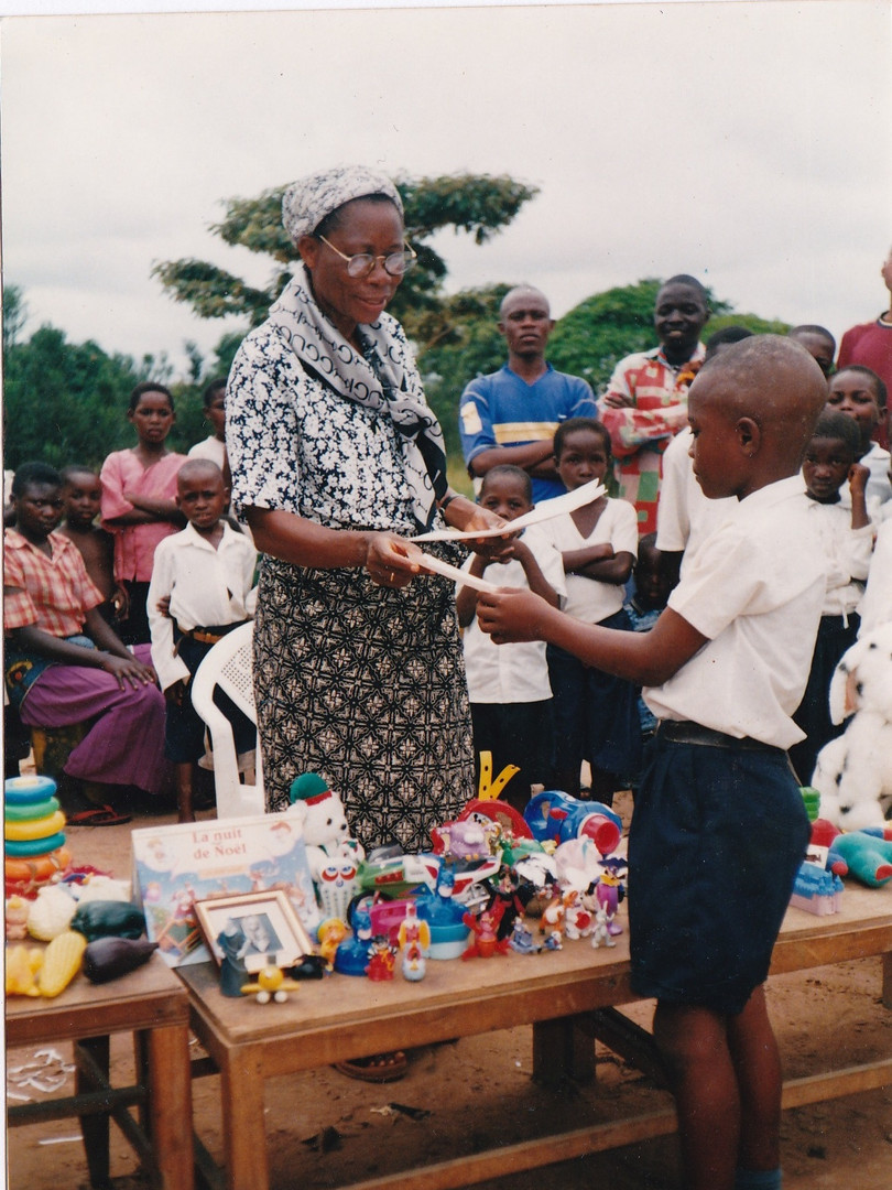 Sr Gertrude Tundu Kialu procédant à la remise des bulletins du 1er trimestre 2002-2003, Noël 2002.