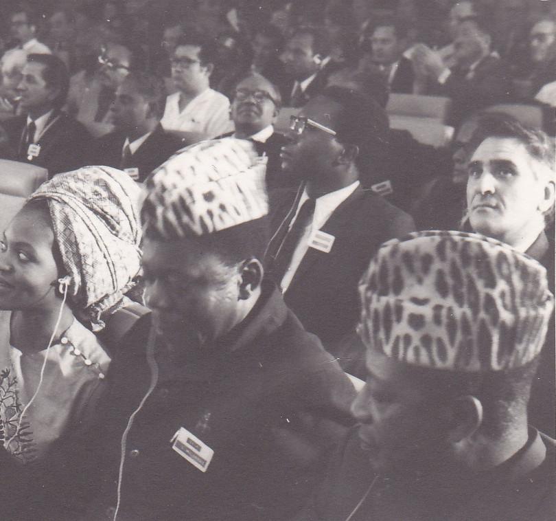 Délégation officielle de la RD Congo. Première rangée, de droite à gauche : le poète Antoine Roger Bolamba, le poète et essayiste Michel Lonoh et moi-même dans la salle de réunion.