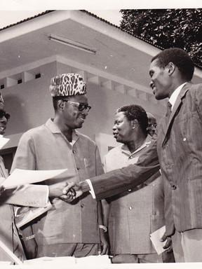Le Président L. S. Senghor félicitant mon frère Dieudonné Kadima Nzuji, troisième prix de poésie-essai, en présence du Président J. D. Mobutu et Mr Justin Bomboko.