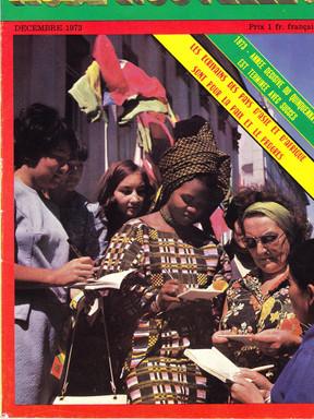 Promenade dans les rues de Moscou. Accueil et scène d'autographes dans les rues à l'arrivée. En couverture de la revue Aube-Nouvelle, éditée en français, numéro spécial consacré aux écrivains des pays d'Asie et d'Afrique. À ma gauche, Madame Magnien, une journaliste franco-russe revenue en URSS pour couvrir l'événement. Nous avons sympathisé.