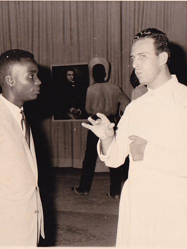 Ignace Bamba, artiste membre de la Pléiade et professeur à l'Académie des Beaux-Arts de Léopoldville, en conversation avec le Père René Beeckmans sj.