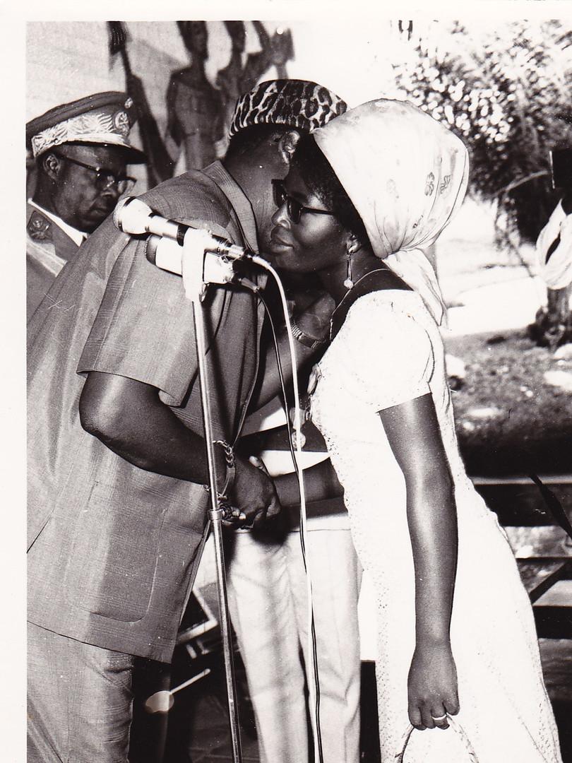 Marie Eugénie Mpongo, premier prix de poésie ex æquo, recevant les félicitations du Président Mobutu.
