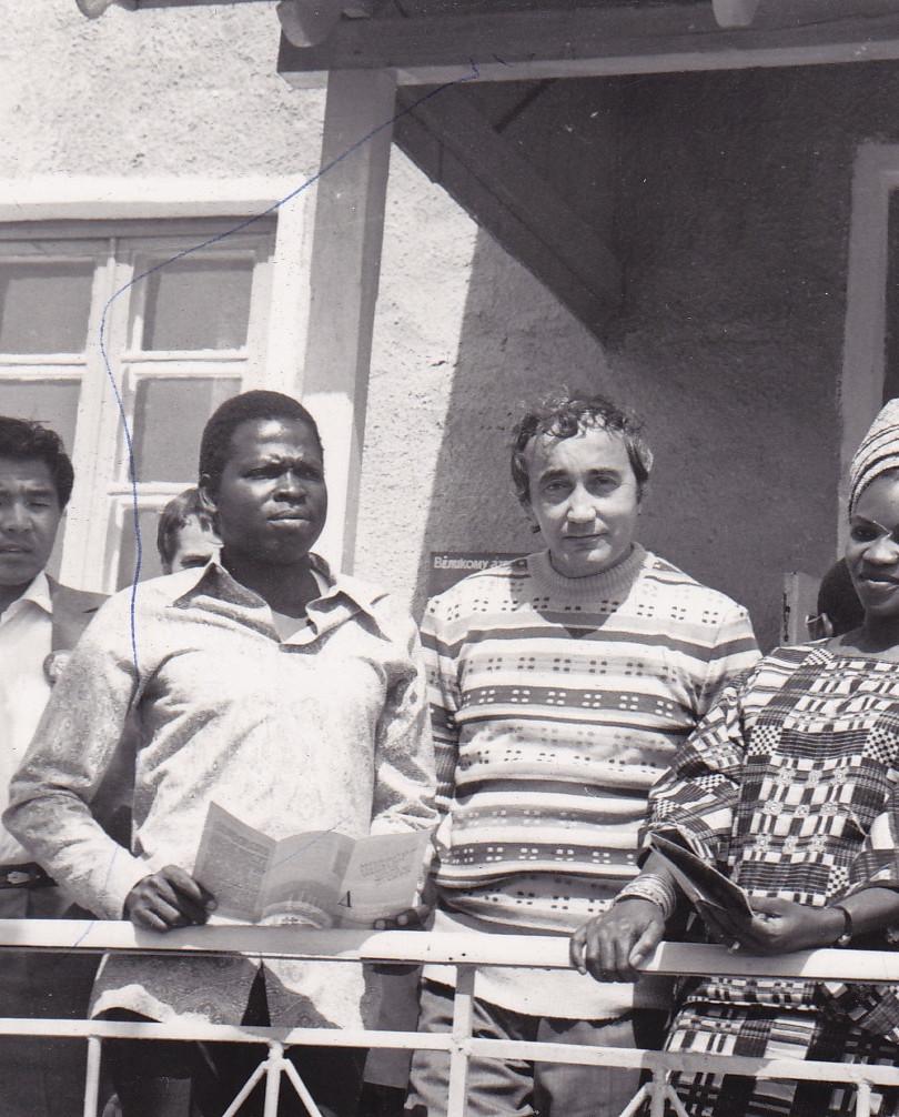 Avec les autres invités parmi lesquels le poète Yordan Milev à ma droite et le poète et essayiste congolais, M. Lonoh, à ma gauche…