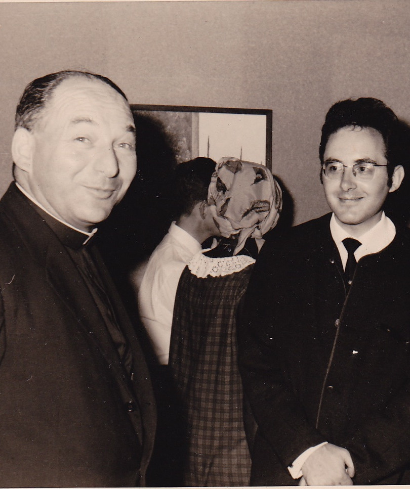 À gauche: Mgr Luc Gillon, recteur de l'Université. À droite: le peintre Moshé Macchias.