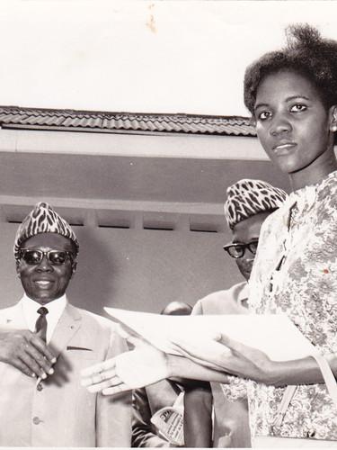 Ma sœur Marie-Caroline Nzuji, Prix d'Excellence, recevant les félicitations du Président L. S. Senghor. À gauche, Mr Paul Mushiete, ministre de la Culture. Kinshasa.