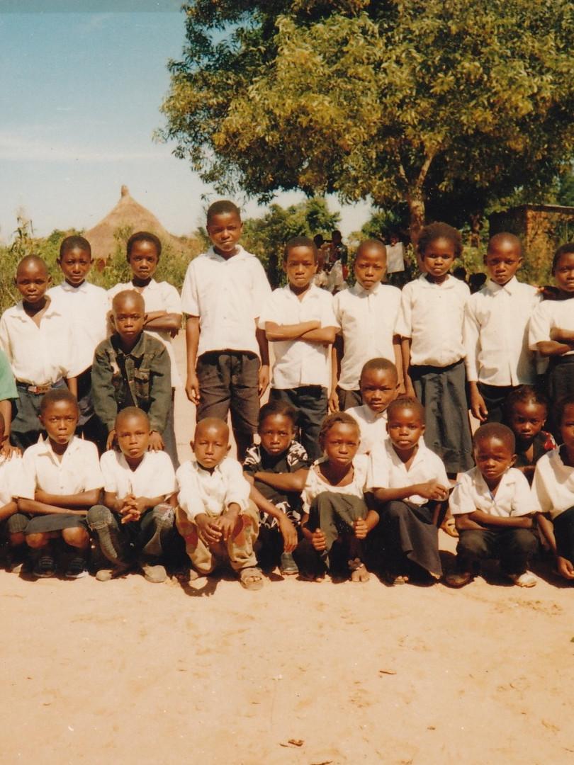 Élèves des première et deuxième années primaires, encadrés par deux de leurs enseignants. 2007-2008.