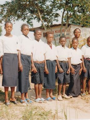 Élèves de cinquième année primaire. Derrière, à droite, la directrice, à gauche, un enseignant. 2007-2008.