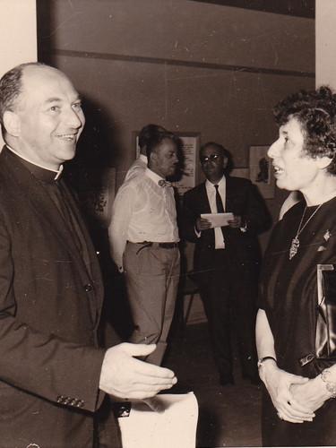 Mgr L. Gillon en conversation avec Madeleine Duguet et Moshé Macchias
