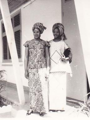À l'aller, il fallait changer d'avion à Bangui, le lendemain. J'ai été accueillie dans la famille de Monsieur Mutuale, Ambassadeur de la RD Congo en République Centrafricaine. Sur cette photo, Madame Mutuale.