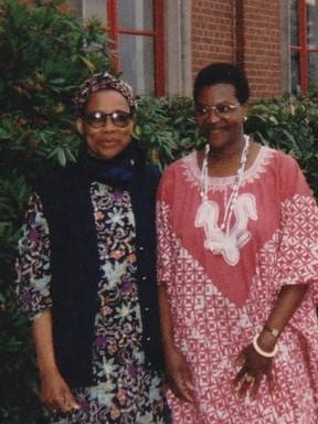 Avec Sœur Gertrude Tundu Kialu, séculière dominicaine, fondatrice du Lycée, Nzuji-Madiya, à Fichermont, Belgique, 2000.