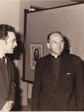 Mgr Luc Gillon, recteur de l'Université avec le peintre Moshé Macchias.