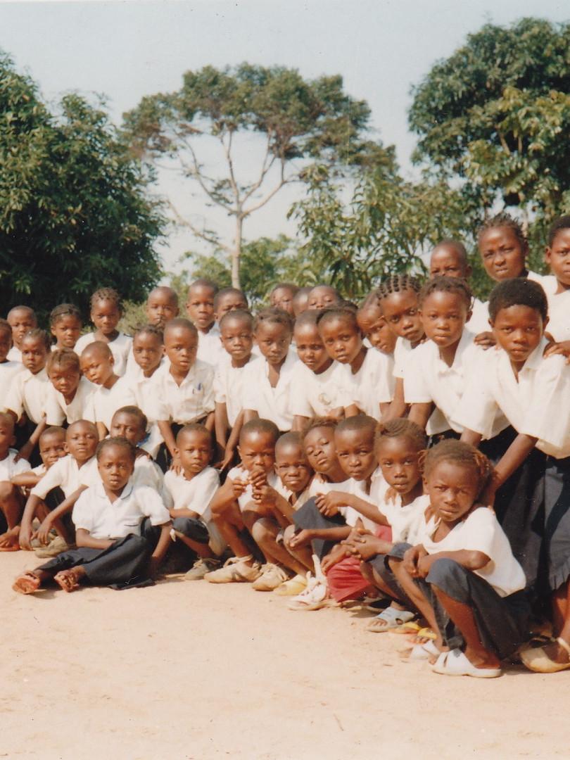 Élèves de troisième année primaire encadrés par deux de leurs enseignants. 2007-2008.