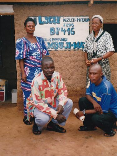 Sr Gertrude en compagnie d'une enseignante et de deux enseignants devant le lycée Nzuji-Madiya, Tshibombo, 2002.