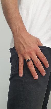 טבעת כסף אוניקס מרובע ושיבוץ בצדדים