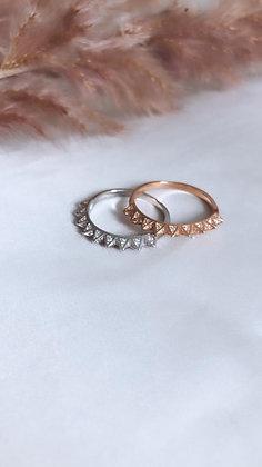 טבעת פירמידות משובצות