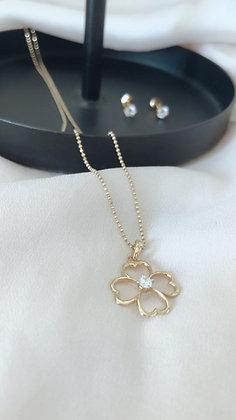 שרשרת פרח זהב עם אבן במרכז