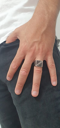 טבעת כסף מעוטרת עם שיבוץ שחור