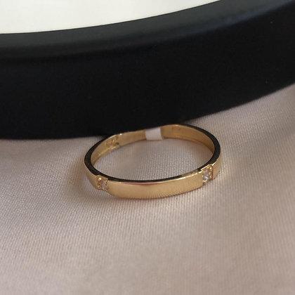 טבעת זהב חלקה עם זרקון בכל צד