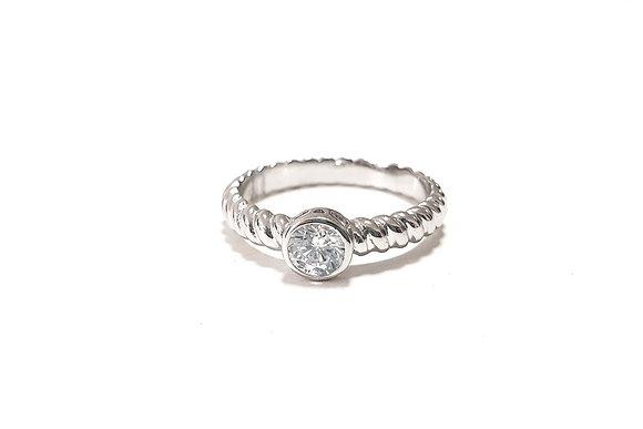 טבעת כסף מסולסלת עם אבן מרכזית