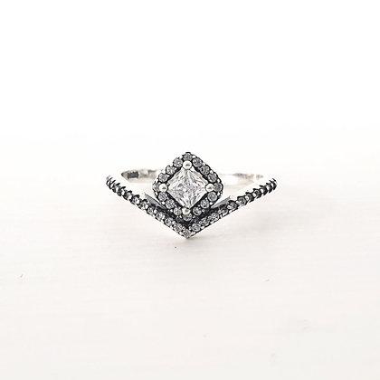 טבעת וי עם ריבוע משובץ