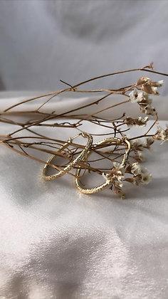 עגילי חישוק זהב גדולים עם חיתוכי לייזר