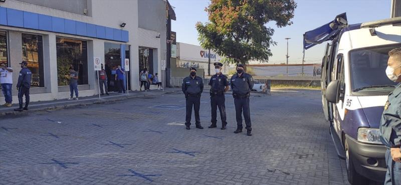 Ação de fiscalização da Guarda Municipal. - Na imagem, agência bancária na Rua João Dembinski. Foto: Divulgação