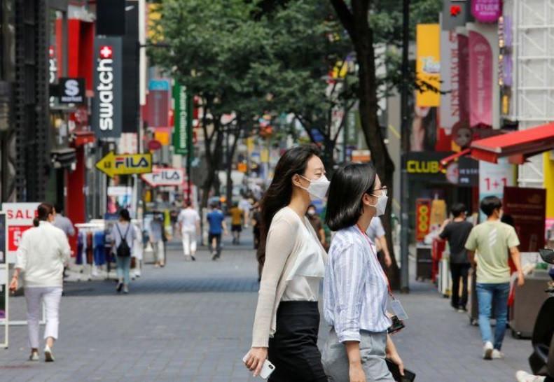 Foto: Mulheres com máscara de proteção contra Covid-19 caminham por distrito de compras em Seul 19/08/2020 REUTERS/Heo Ran